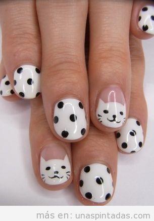 Decoración de uñas con cara de gato blanco y lunares