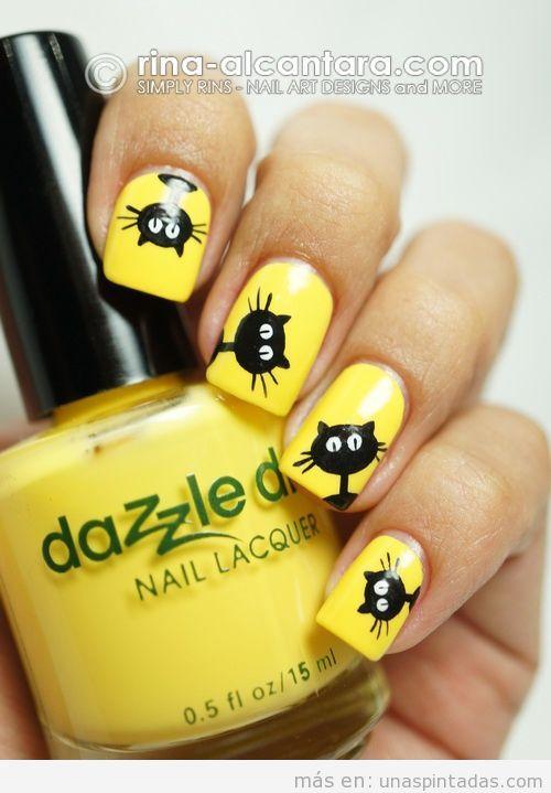 Uñas decoradas en amarillo con dibujo de gato negro