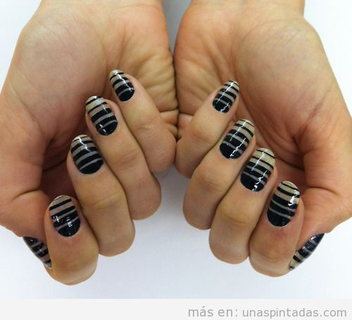 Decoración de uñas a rayas nudé y negro