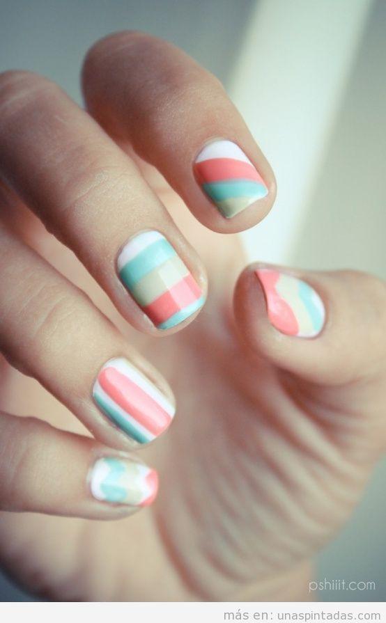 Decoración de uñas a rayas y ondas en tonos pastel