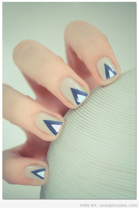 Uñas decoradas con un triánguloi