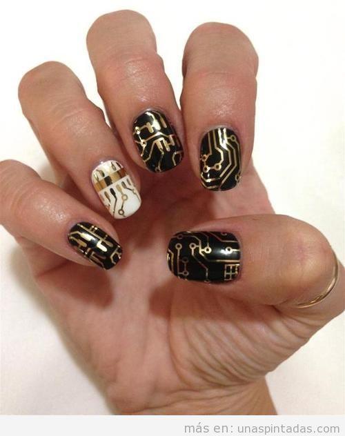 Diseño de uñas friki con circuitos en dorado