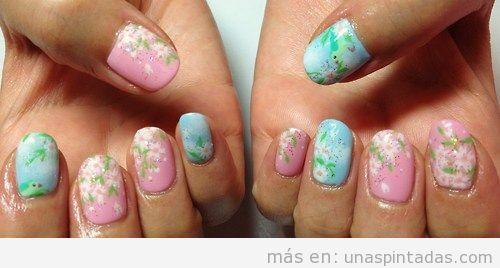 Decoración de uñas con flores de cerezo en Japón