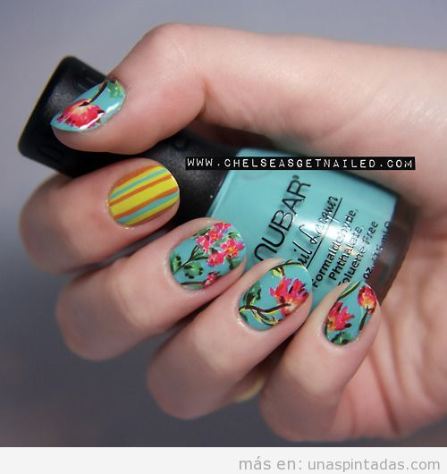 Uñas decoradas con flores color coral