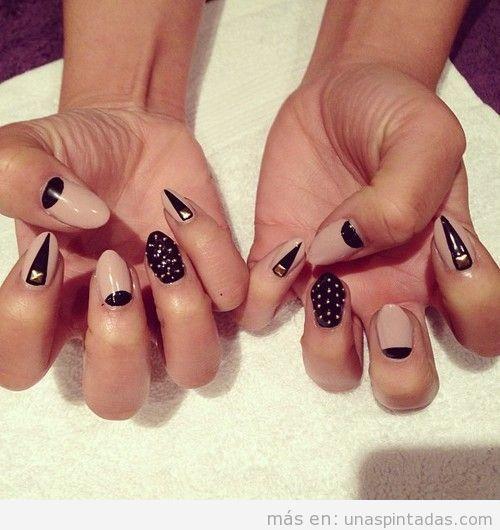 Decoración de uñas nude, negro y apliques dorados