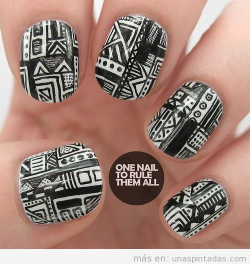 Decoración de uñas con motivos geométricos en negro y blanco