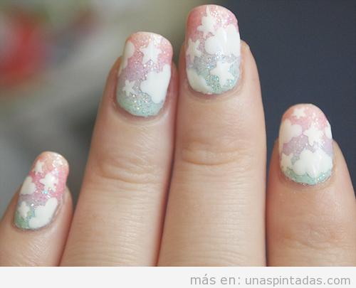 Decoración de uñas en tonos pastel, purpurina y dibujos de estrellas y nubes