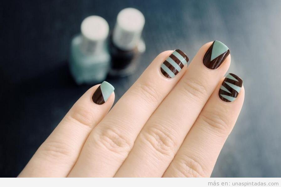 Decoración de uñas turquesa y marrón con cinta adhesiva