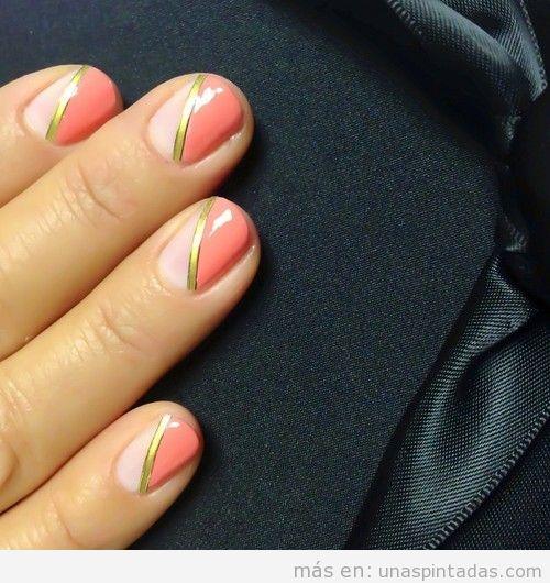 Decoración de uñas elegante y sencilla en coral y nude con raya dorada