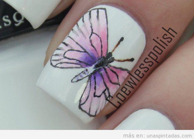 Diseño de uñas con dibujo de mariposa
