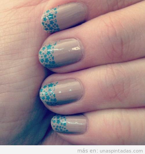Nos encanta este Nail Art en marrón clarito con estrellas azules
