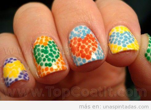 Decoración de uñas con corazones dibujados con puntos