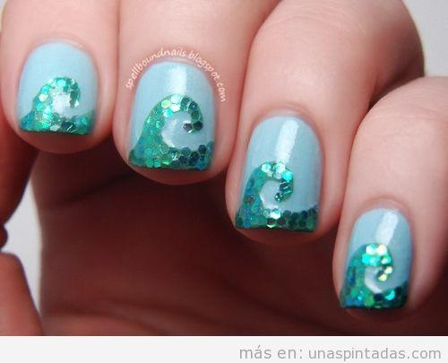 Decoración de uñas con olas marinas hechas con mosaico