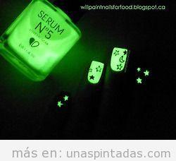 Decoración de uñas con estrellas y lunas que brillan en la oscuridad