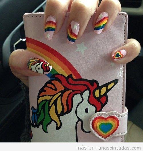 Diseño de uñas con dibujos de unicornios y arcoiris