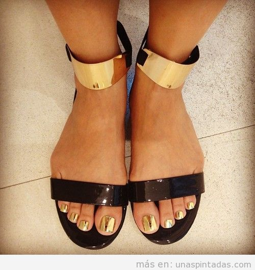Diseño de uñas de los pies en dorado