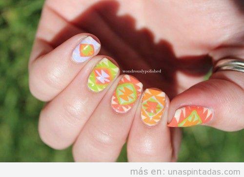 Diseño de uñas con estampado tribal azteca