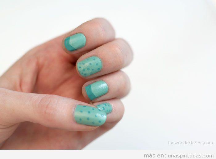 Decoración de uñas con dos tonos de verde turquesa