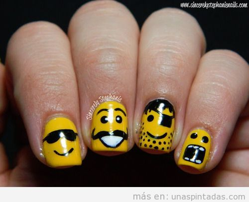 Diseño de uñas gracioso con la cara de figuras Lego