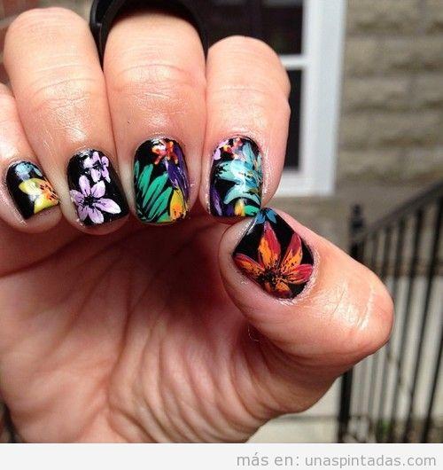 Diseño de uñas con flores tropicales y exóticas