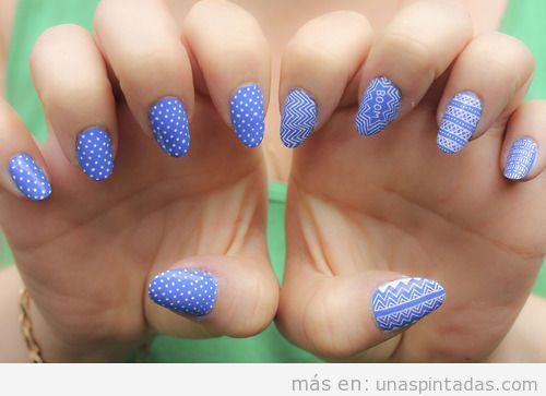 Decoración de uñas azul y blanco con lunares y zigzag