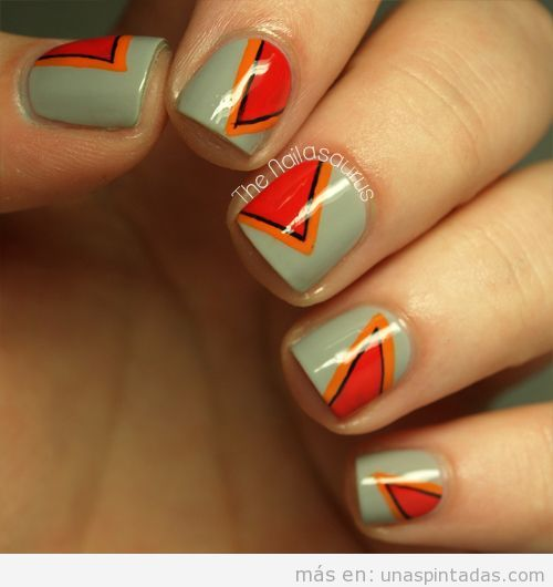 Uñas decoradas con trianguloso