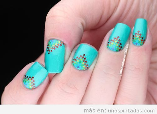 Diseño de uñas con arcoiris pixelado