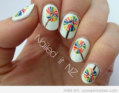 Decoración de uñas con una piruleta de colores dibujada