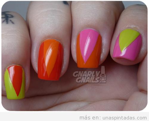Decoración de uñas pintadas de colores neón con triángulo de colores en neón
