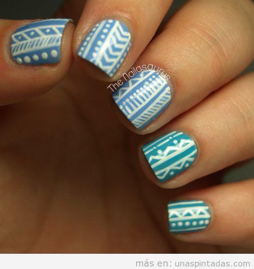 Diseño de uñas tribal en azul y blanco para el verano