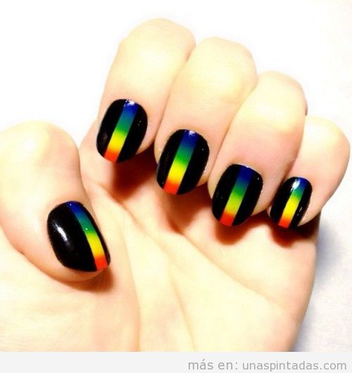 Decoración de unas en negro con una tira de arcoiris en medio
