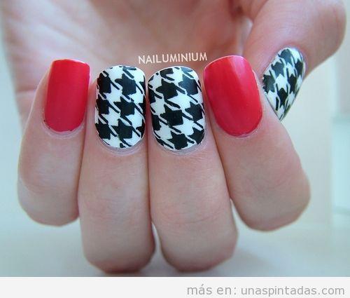 Diseño de uñas con estampado de pata de gallo