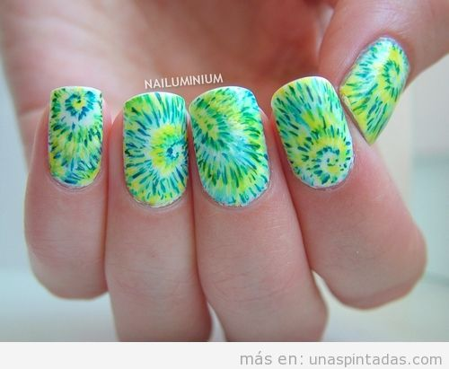 Diseño de uñas estilo hippie y psicodélico