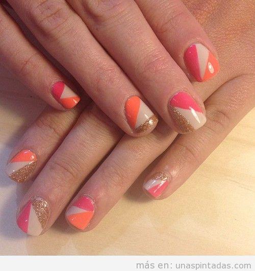 Diseño de uñas geométrico en beige, rosa, naranja y purpurina dorada