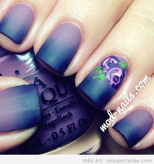 Decoración de uñas en color morado degradado y dos rosas dibujadas