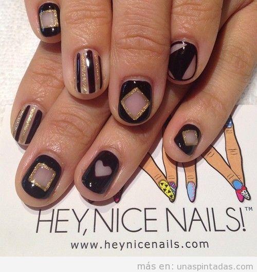 Diseño de uñas con dibujos geométricos sencillos en negro y dorado