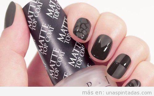 Decoración de uñas en negro brillante y mate