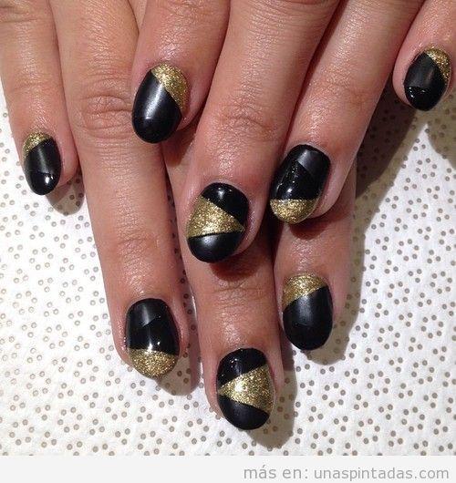 Diseño de uñas en triángulos negros brillante, mate y dorado