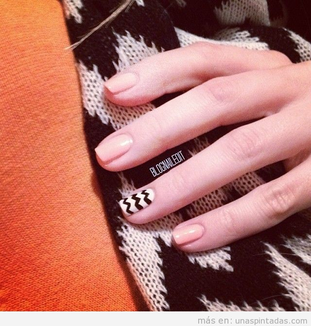 Diseño de uñas en blanco y negro, estampado en zigzag