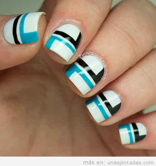 Nail Art con un diseño geomético simple, azul y negro sobre fondo blanco