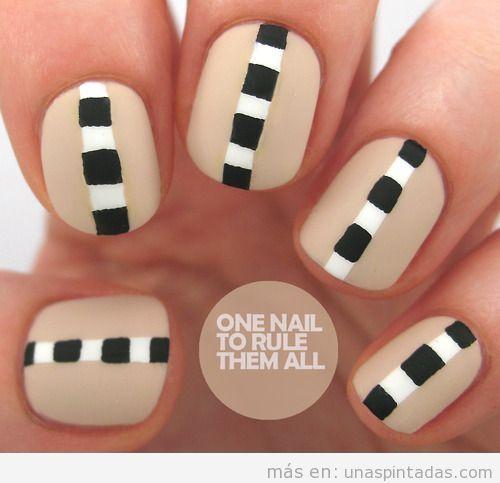 Decoración de uñas en nude y cuadrados en blanco y negro