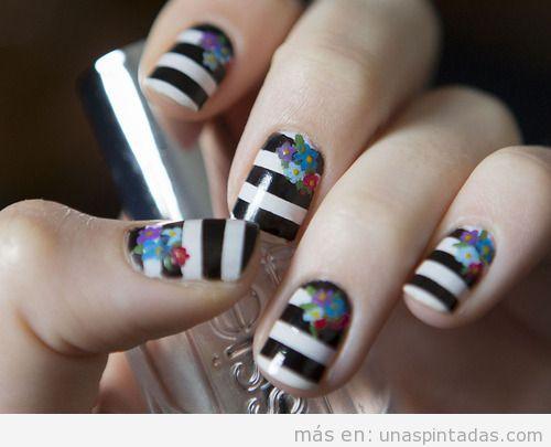 Decoración de uñas a rayas blancas y negras y flores de colores