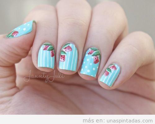 Decoración uñas fondo azul cielocon dibujo de fresas