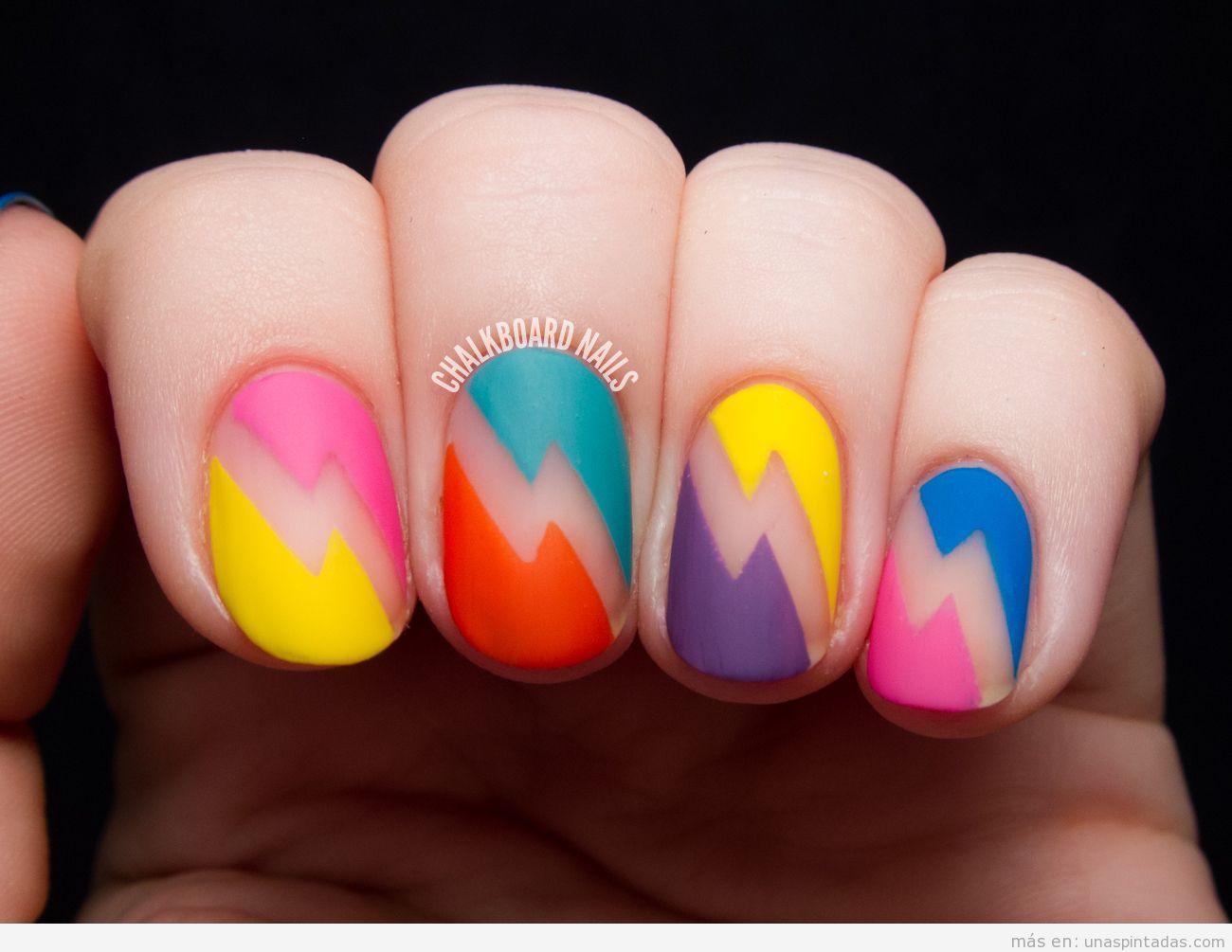 Decoración uñas con rayos de colores en mate estilo años 80