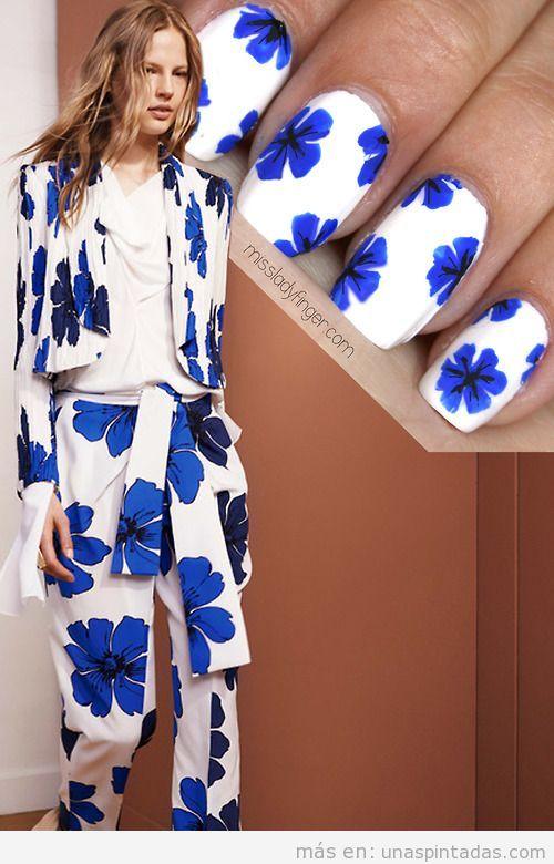 Decoración de uñas con grandes flores azules