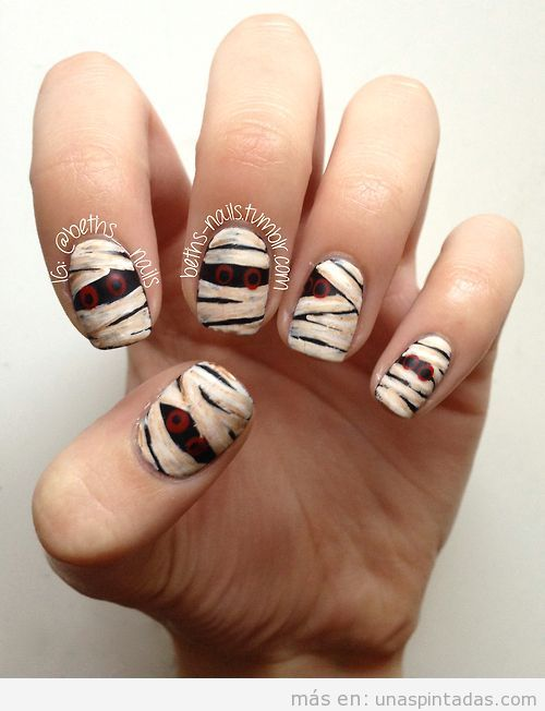 Diseño uñas original para Halloween, momia