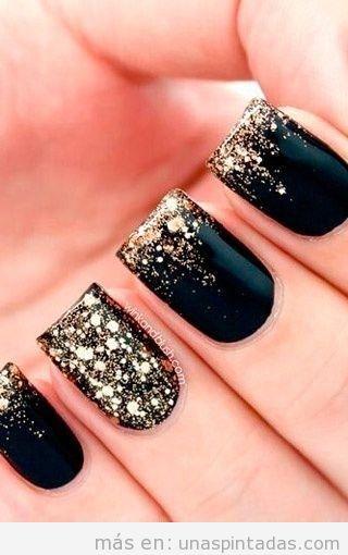 Idea de manicura para fiestas y navidad en negro y dorado