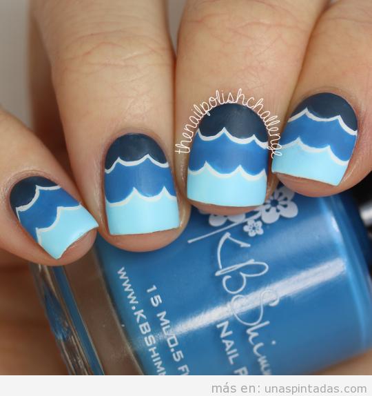 Decoración uñas con olas en tres azules