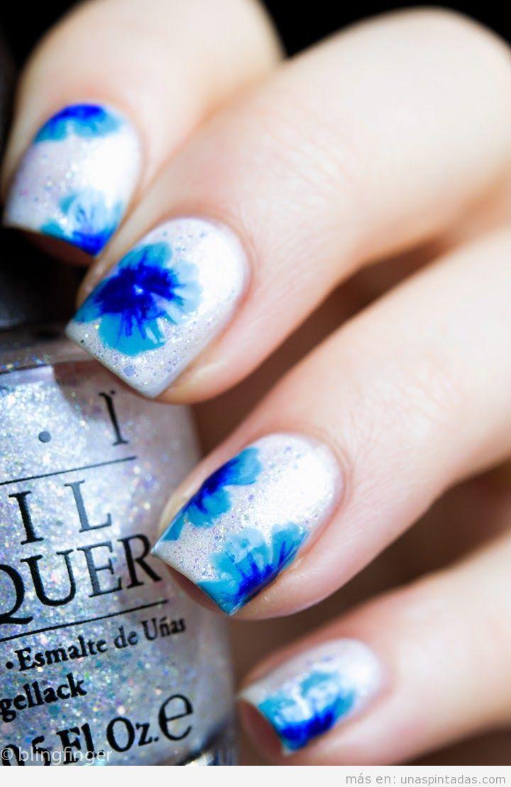 Decoración de uñas con flores azules