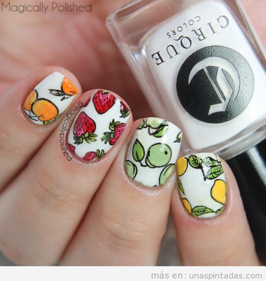 Diseños de uñas con dibujo de fresas, peras y naranjas